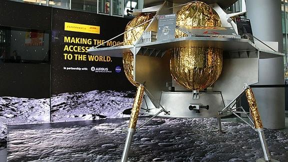 """Ein Model des Mondlandefahrzeugs """"Peregrine Luna Lander"""" von Astrobotic, ausgestellt in bei der Deutschen Post. Mit diesem Lander soll DHL Ende 2021 Pakete zum Mond schicken."""