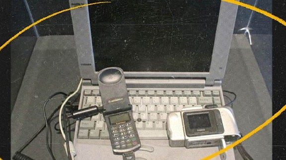 Laptop, Handy und Digitalkamera aus den 1990er-Jahren.