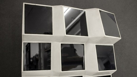 Eine Fassade in Facetten-Optik ermöglicht einen deutlich höheren Stromertrag. Dafür sind kleine und flexible Solarmodule gefragt.