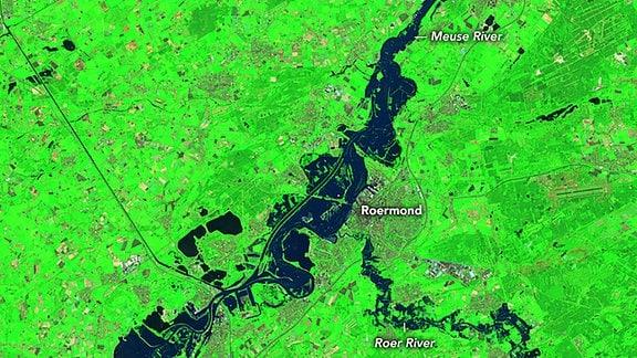 Am 18. Juli 2021 nahm der Operational Land Imager (OLI) auf Landsat 8 dieses Bild der Überschwemmungen entlang der Flüsse Maas und Roer auf. Als der Wasserstand stieg, mussten fast 5.000 Menschen aus Roermond, einer Stadt in den Niederlanden nahe der deutschen Grenze, evakuiert werden. Ein Dammbruch an der Roer trug zu den umfangreichen Überschwemmungen bei.