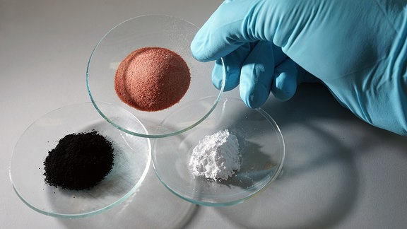 Kleine Polymerteilchen in Glasschalen.