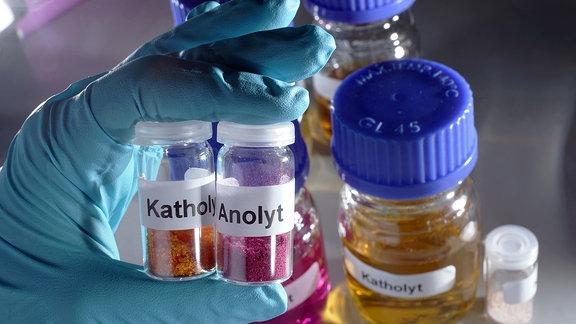 Materialien, die für die Batterie als Aktivstoffe nötig sind, abgefüllt in kleinen Glasfläschen.
