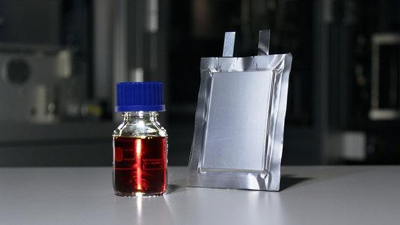 Lithium-Schwefel-Batterien und das dafür entwickelte Bindemittel in einem kleinen Fläschchen