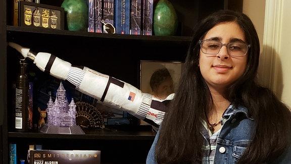 Die Elftklässlerin Vaneeza Rupani vor ihrem Bücherregal. Sie ist die Namensgeberin des ersten Mrs-Fluggerätes: dem Mars-Helikopter Ingenuity