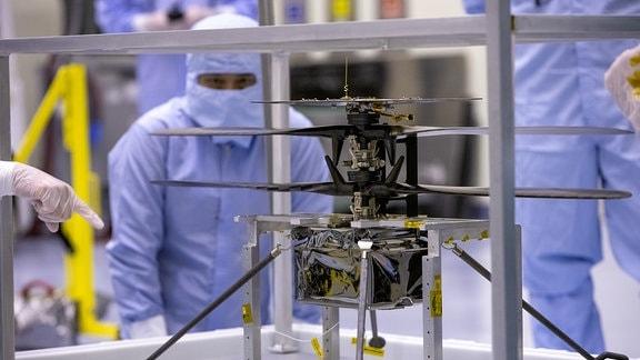 Der Mars-Hubschrauber Ingenuity wird von Wissenschaftlern der NASA am 10. März 2020 im Kennedy Space Center getestet