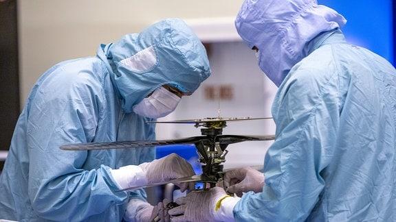 Der Mars-Hubschrauber Ingenuity wird von Wissenschaftlern der NASA am 10. März 2020 im Kennedy Space Center genauestens untersucht