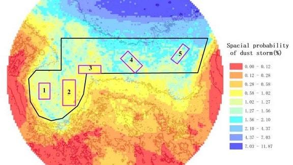 Die Grafik zeigt den Ausschnitt eines 2.000 Kilometer großen Radius auf dem Mars. Das schwarze Polygon zeigt das Isidis Planitia, eine kreisförmige ausgedehnte Tiefebene auf der nördlichen Hemisphäre. Die 0,5 ° × 0,5 ° quadratischen Gitter (lila) kennzeichnen die Untersuchungsgebiet, in denen die durchschnittliche Wahrscheinlichkeit eines Staubsturms während der letzten acht Mars-Jahren berechnet wurden. Das Ergebnis der Untersuchung zeigt, dass die räumliche Wahrscheinlichkeit eines Staubsturms von Nord nach Süd abnimmt.