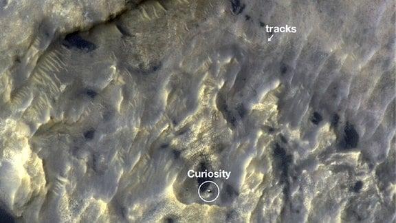 Ein Satellitenbild von der Marsoberfläche zeigt den Rover Curiosity