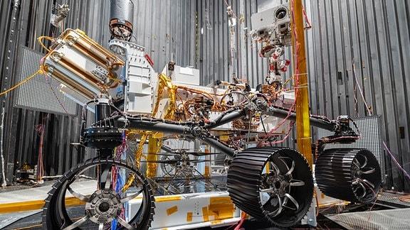 Ein Mars Rover wird in einem Labor getestet.