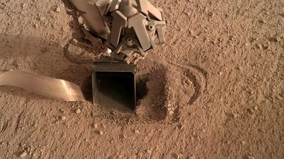 """Der Maulwurf wurde vom Deutschen Zentrum für Luft- und Raumfahrt (DLR) entworfen. Mit der NASA-Mission """"InSight"""" ist er Ende 2018 auf dem Mars gelandet. Der Maulwurf soll die Wärmeleitfährigkeit des Marsbodens in bis zu fünf Meter Tiefe messen. Dafür bohrt er sich in den Untergrund. Doch der Boden macht es dem Bohrer schwer. Aufnahmen von 2020."""