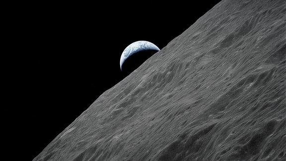 Die Erdaufgang am Horizont des Mondes