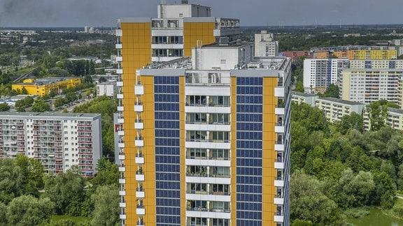 Fotovoltaik-Anlage an Hochhaus