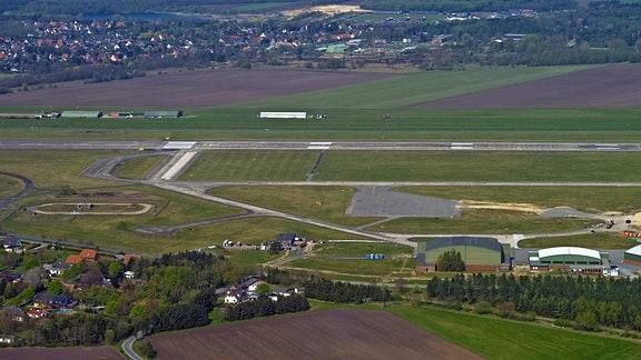 Luftaufnahme des Flugplatzes Nordholz mit Landebahn.