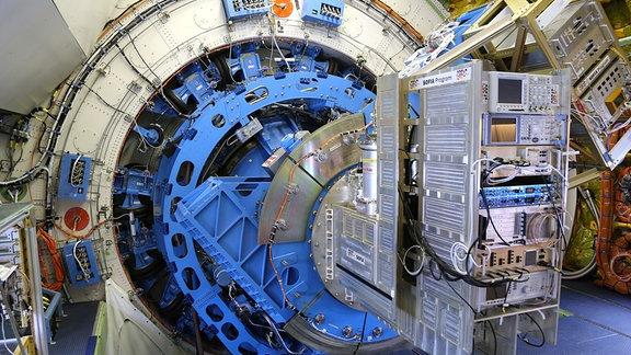 Das Ferninfrarot-Spektrometer GREAT ist innerhalb der Druckluftkabine im Flugzeugobservatorium SOFIA am Teleskopflansch montiert. Die Teleskopschüssel selbst befindet sich in einem hermetisch abgeschlossenen Raum im hinteren Teil des Flugzeugs. Ihre Luke wird erst während des Fluges geöffnet.