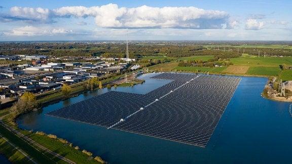 Eine schwimmende Solaranlage in Holland