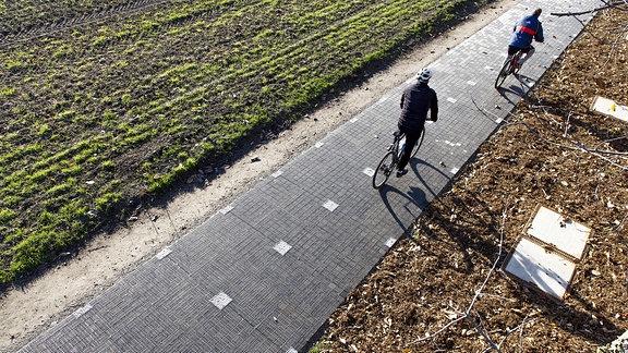 Erster Solarradweg in Deutschland, in Erftstadt, eine 90 Meter lange Teststrecke mit Solarmodulen, die Strom produzieren und befahrbar sind.