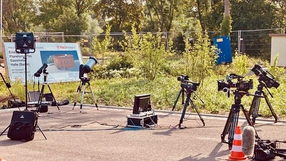 Verschiedene Teleskope und Equipment für die Sonnenfinsternis vom 10. Juni 2021. MDR Wissen hat live vom Planetariumsgelände aus Halle (Saale) übertragen.