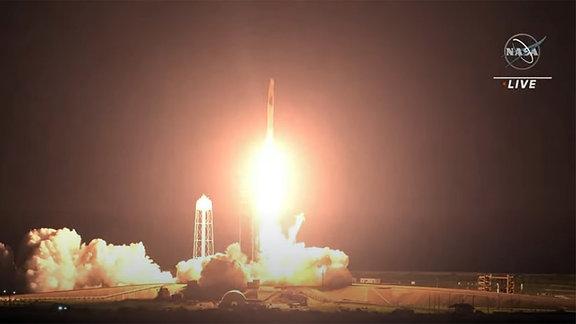 Die Falcon 9 Rakete von SpaceX startet erfolgreich in den Weltraum. Damit fliegen die nächsten vier Astronauten zur Internationalen Raumstation ISS. Es ist die SpaceX Crew-2 Mission.