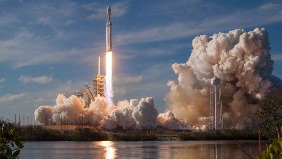 Die Falcon Heavy-Rakete der Firma SpaceX startet mit viel Rauchentwicklung vom NASA-Weltraumbahnhof in Cape Canaveral im US-Bundesstaat Florida