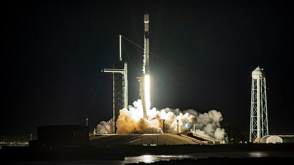 """Der Launch der Starlink-Internet-Satelliten. Betrieben werden die Starlink-Satelliten von dem privaten Raumfahrtunternehmen SpaceX. Dieses schickt sie mit seinen eigenen Trägerraketen, des Typs """"Faalcon 9"""", ins Weltall"""