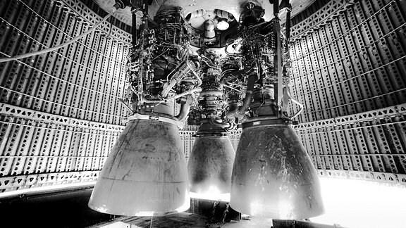 Drei Triebwerke einer Rakete