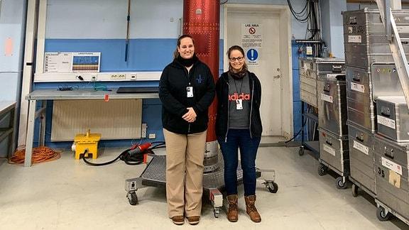 Tina Sorgenfrei (l.) und Nadine Pfändler vor der ESA-Texus 56 Rakete