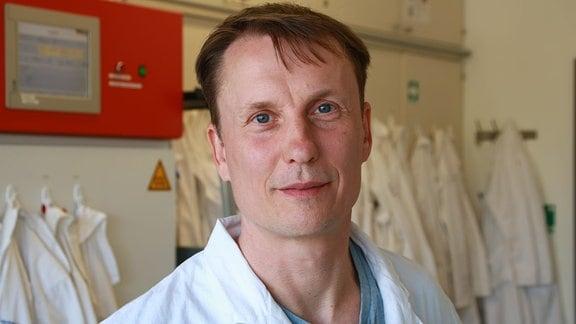 Der Biologe Jörg Toepel vom Helmholtz-Zentrum für Umweltforschung in Leipzig steht in einem Labor