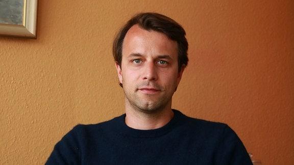 Auf dem Bild sieht man Nils Aldag, den Geschäftsführer eines Dresdner Unternehmens, dass sich mit der Erzeugung und Weiterverarbeitung von Wasserstoff beschäftigt