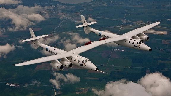 Der Fluggleiter WhiteKnightTwo von Virgin Galactic in der Luft.
