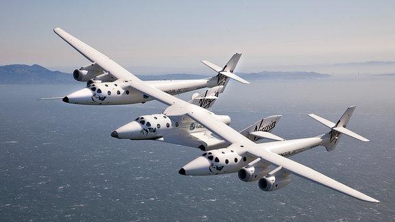 Das Flugzeug WhiteKnightTwo und das Raumschiff SpaceShip Two von Virgin Galactic über der Küste von San Francisco