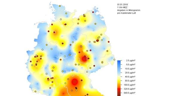 Grafik mit einer Deutschlandkarte, die die Kponzentration von Feinstaubpartikeln um 1 Uhr an Neujahr zeigt. Rund um die Städte sind die Wetere oft tiefrot. (PM10-Stundenwerte für 1 Uhr am 1.1.2018)