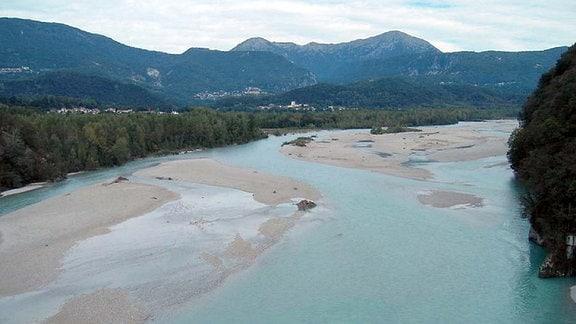 Ein Fluss in Oberitalien, im Hintergrund die Berge.