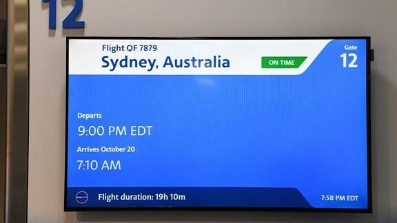Bildschirm am Gate, der die Abflugszeit nach Sydney (9pm EDT) und die Ankunft (7:10) zeigt, sowohl als auch die Flugdauer (19:10h)