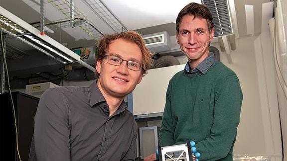 """Tobias Vogl (links) und Dr. Falk Eilenberger von der Forschungsgruppe """"FastPhoton""""."""