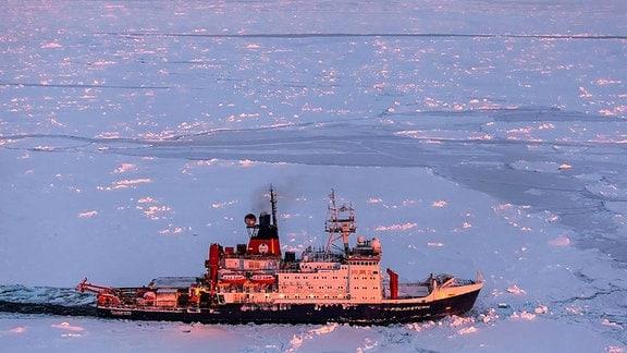 """Luftaufnahme des Forschungsschiffs """"Polarstern"""" im Eis"""