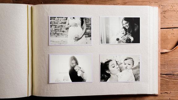 Fotoalbum mit Schwarz-Weiß-Fotos, die eine schwangere Frau und eine Frau mit Baby zeigen
