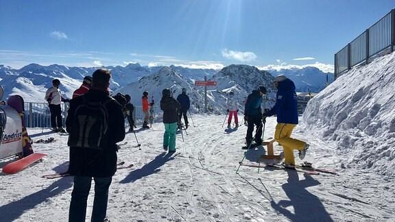Skifahrer am Skigebiet am Weissfluh