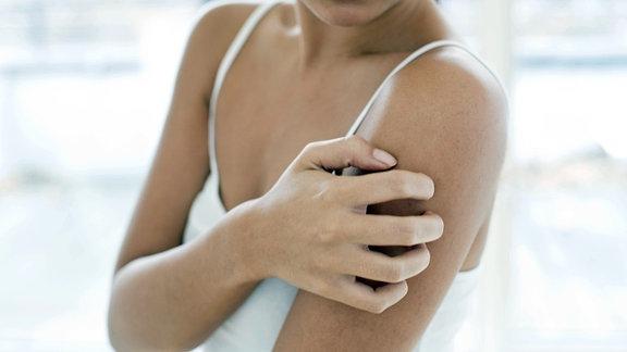 Frau mit juckender Haut