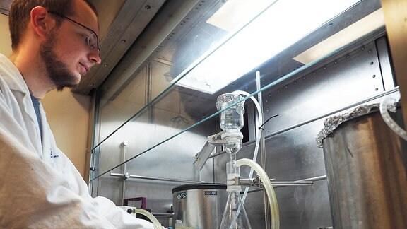 Ein Forscher an einer Zentrifuge