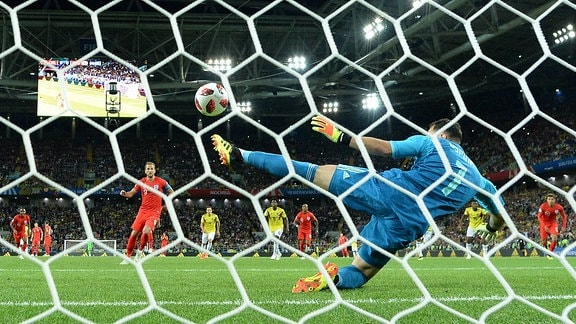 Englands Harry Kane erzielt per Elfmeter das Tor zum 1:0  gegen Kolumbien
