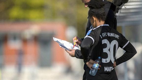 Shekiera Martinez (1.FFC Frankfurt) wird gleich eingewechselt und bekommt nochmal die Taktik von Kai Rennich vorgeführt