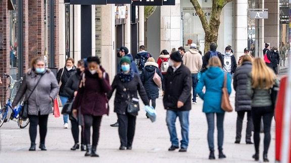 Passanten in einer Fußgängerzone