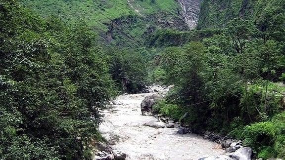 Fluss in Gebirgslandschaft