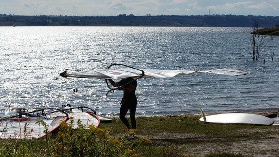 Der Geiseltalsee - Deutschlands größter künstlicher See - ist heute ein Ziel für Wasserliebhaber und Surfer.