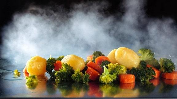 Gedämpftes Gemüse auf einer Platte