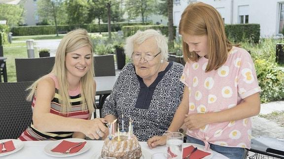 Familie, die den Geburtstag der Großmutter feiert