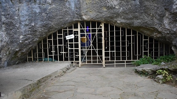Eingang zur Bacho-Kiro-Höhle (Bulgarien).