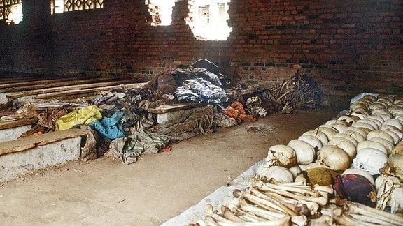 Totenköpfe und Menschenknochen sind in der Kirche in Ntarama.