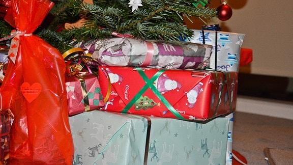 Viel Geschenke unter dem Weihnachtsbaum.