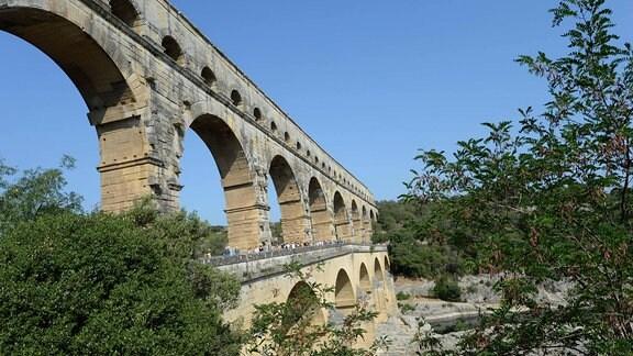 Radrennfahrer überqueren bei Tour de France Pont Du Gard